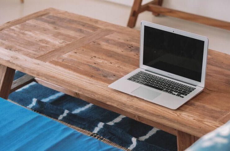 Stoły i krzesła naturalnego drewna